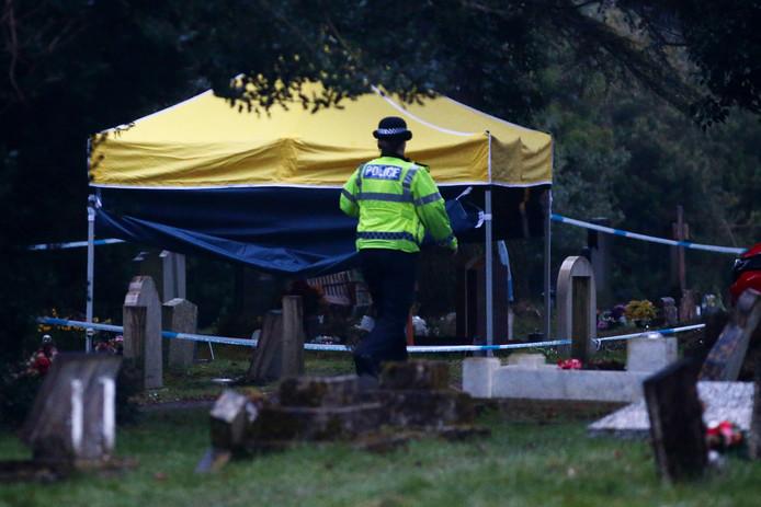 Op een kerkhof nabij Salisbury doen forensische experts onderzoek naar de dood van de echtgenote van spion Sergei Skripal, Loedmila.