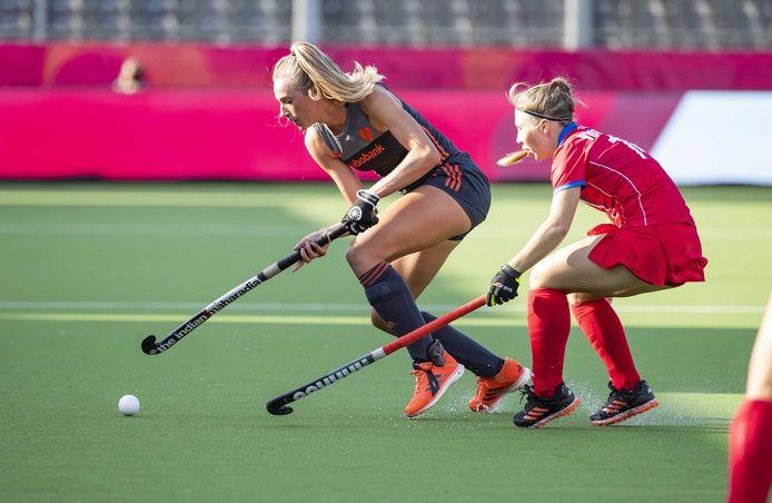 Sanne Koolen (links) tijdens het EK Hockey in duel met Dayana Yushkova van Rusland.
