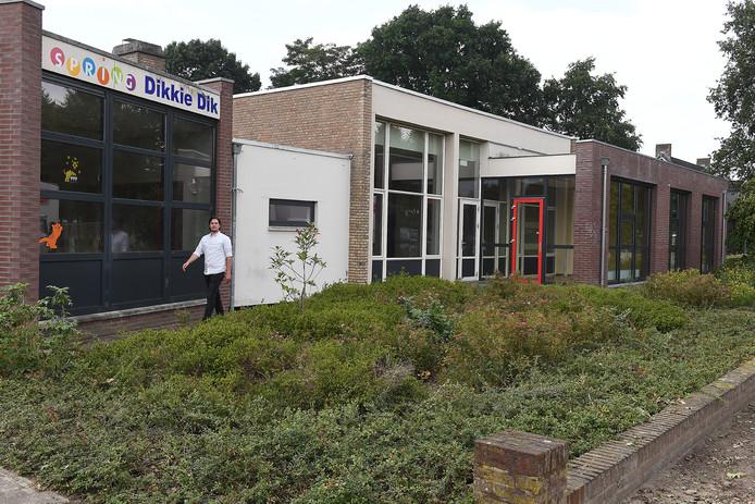 Het leegstaande gebouw waar basisschool De Vlieger in Landhorst was gevestigd. Hier krijgen jonge asielzoekers komende schooljaar les.