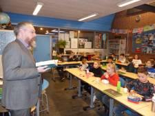 Wethouder Huibert Steen leest basisschoolleerlingen voor