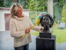 Borstbeeld Beatrix werd koopje voor Corrie: 'Hoe kan een oranjegezinde gemeente dit doen?'