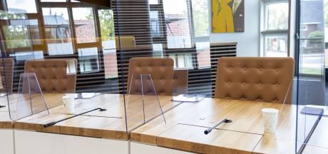 Veilig vergaderen in raadszaal Hardenberg kan met spatschermen: maar voelt dat wel goed?