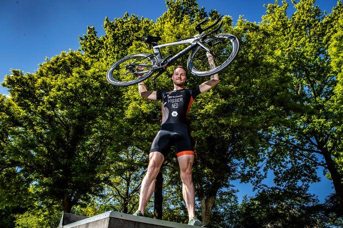 Rene Visser heeft zijn drie triatlons voltooit binnen een maand.