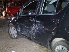 Automobilist botst tegen lantaarnpaal en geparkeerde auto's in Dorst