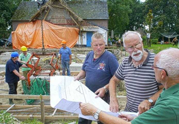 Theo Ruijs (met pleister op bril) uit Zeeland ging vorig jaar met pensioen en begon zijn huis te verbouwen. Na een herseninfarct krijgt hij hulp van vrienden.