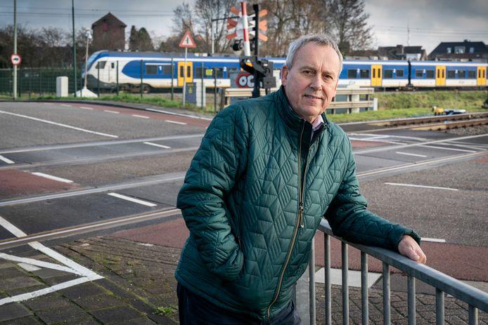 Wethouder Herman van Wanrooij bij het Boxtels knelpunt van verkeer en spoorwegovergang bij Tongeren.