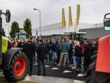 Honderden boeren protesteren bij distributiecentrums in Raalte: 'Vanaf nu de druk erop, hier blijft het niet bij'
