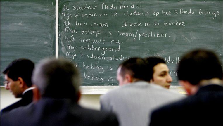 In een klaslokaal in een Rotterdamse school volgen 25 Turkse imams een spoedcursus inburgeren. ANP Beeld