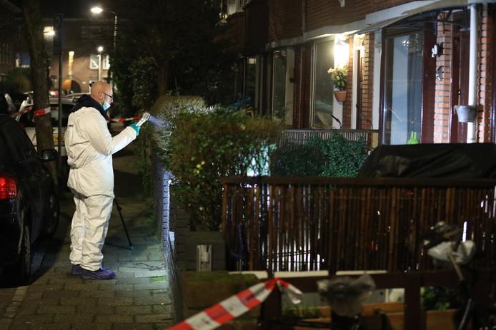 Onderzoek bij de woning in de Bullstraat in Den Haag.