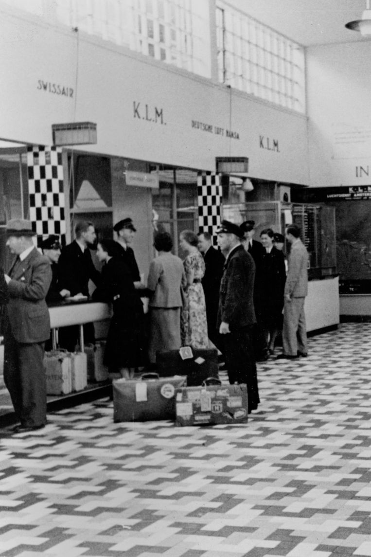 Passagiers bij de incheckbalie in 1935 Beeld Schiphol
