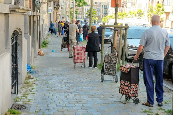 Voedselbanken zien nu maandelijks tot 10.000 mensen meer dan voor de crisis. Dat merken ze ook hier in Schaarbeek aan de lange wachtrijen.