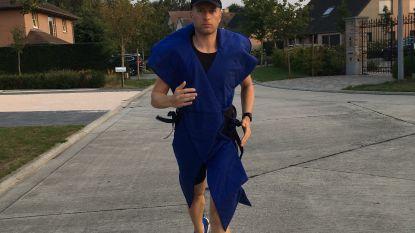 Jaar na chemokuur: Peter (40) loopt marathon verkleed als kankerlint en hoopt wereldrecord te halen