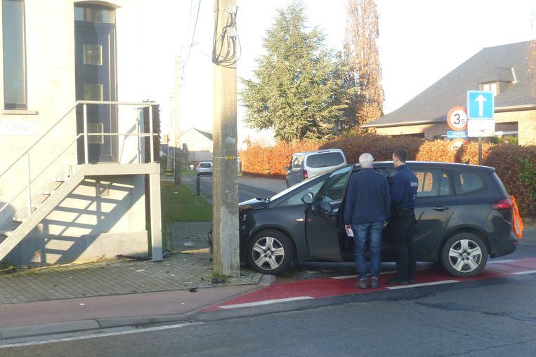 Een van de wagens belandde tegen de verlichtingspaal op de hoek van het kruispunt Prison in Wanzele.