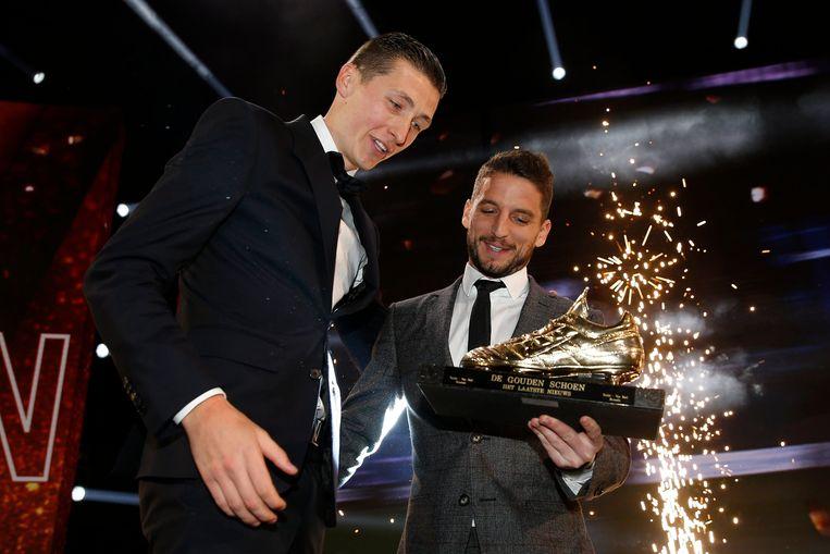 Vanaken kreeg zijn trofee uit handen van Dries Mertens.