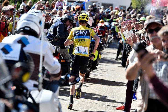 Een lopende Chris Froome op de Mont-Ventoux in de Tour van 2016.