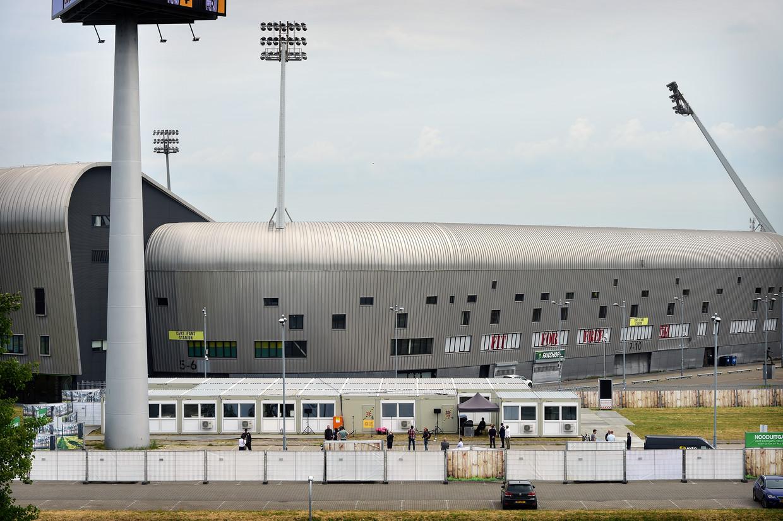 Het 'coronadorp' voor zieke dak- en thuislozen voor het stadion van ADO Den Haag. Beeld Marcel van den Bergh / de Volkskrant