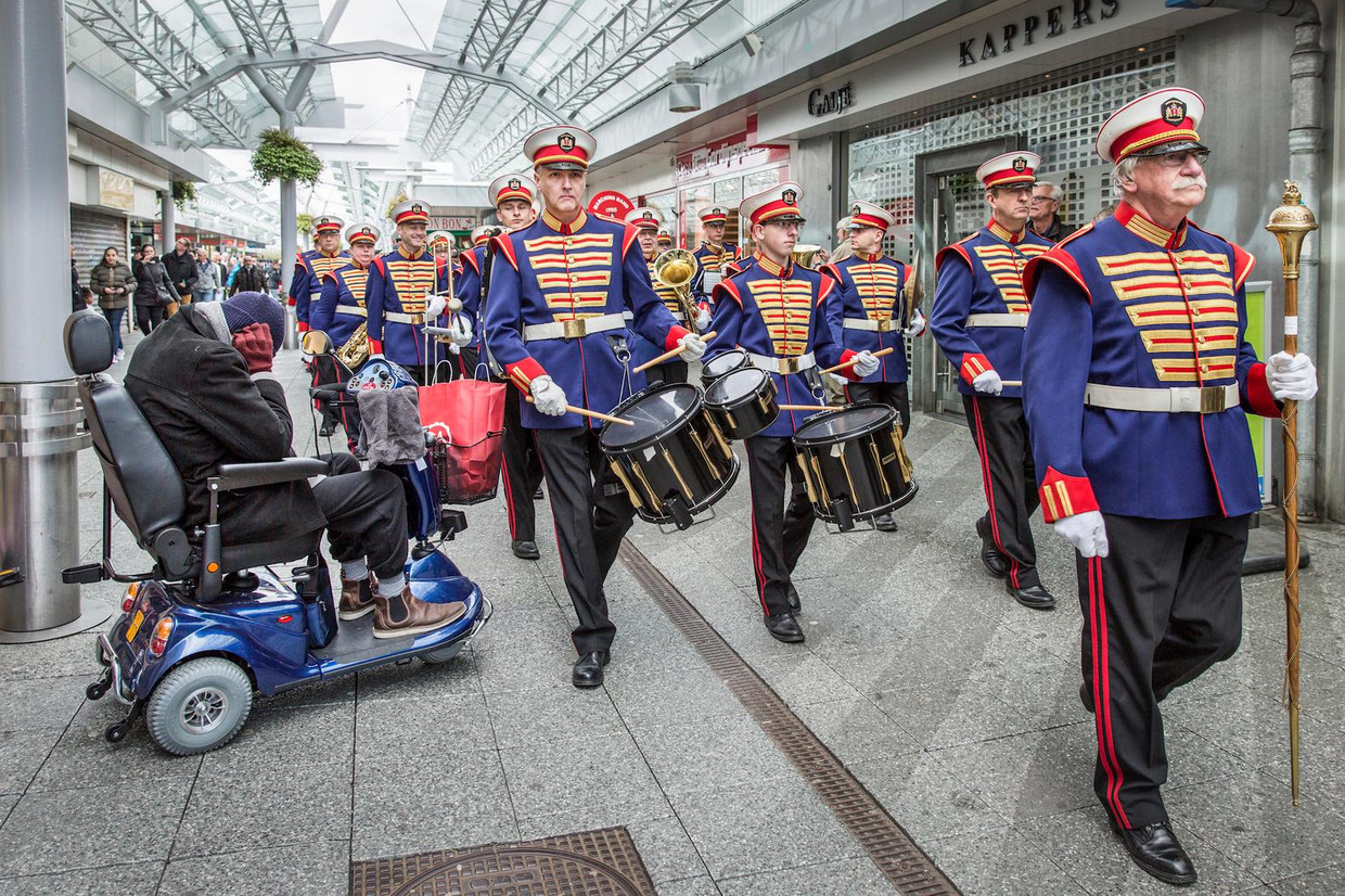 Marchingband ATM in winkelcentrum Boven 't Y in 2017.