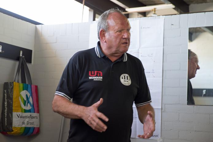 Ton Boevink op de plek waar hij veel tijd heeft gespendeerd: in de kleedkamer bij WIK. Na 37 jaar trainerschap gaat hij met pensioen.
