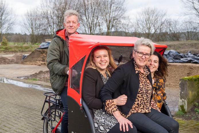 Vader Klaas Kuiper fietst op de riksja voor ouderen op de boerderij. Dochter Marlon, moeder Herma en dochter Tamar (vlnr) zitten voorop.
