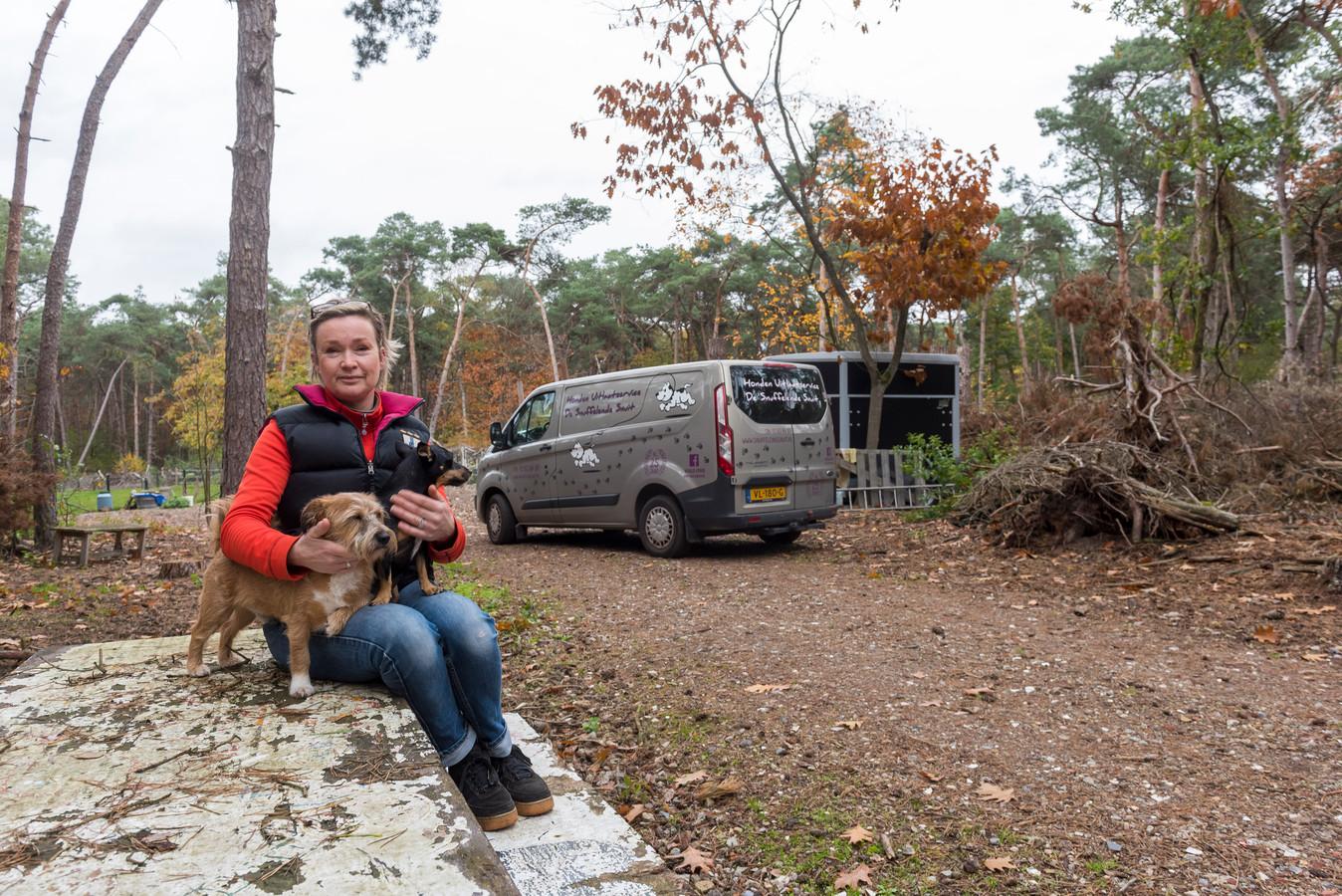 Maeyke Alons op haar bosperceel in Gerwen, waar ze honden van anderen uitlaat. Bij haar zitten haar eigen honden Pepito (links) en Peanut.