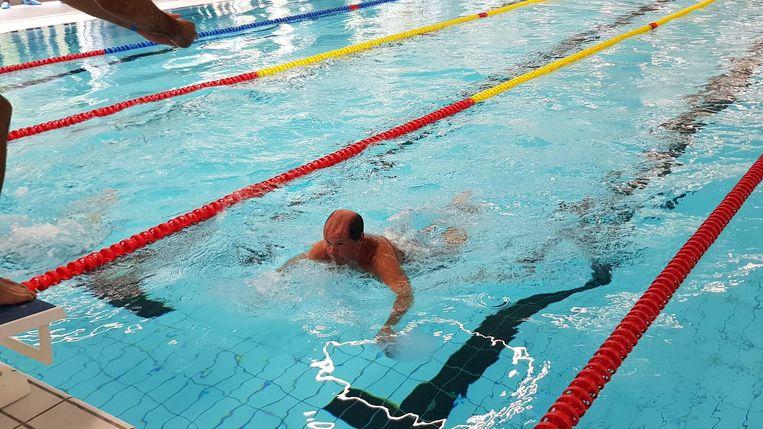 Vlaams minister van Sport Philippe Muyters trekt een baantje in het nieuwe zwembad.