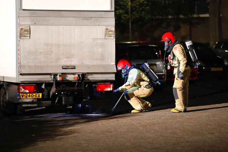 De vloeistof sijpelde vanuit het vrachtwagentje de straat op en het riool in.