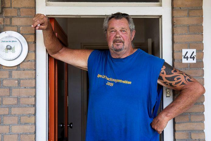 Ted van der Parre in de deuropening van zijn huis.
