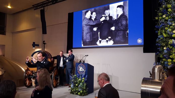 Aanwezigen wachten op de start van de toespraken bij Bavaria in Lieshout waar koningin Máxima woensdag het jubilerende bedrijf bezoekt.