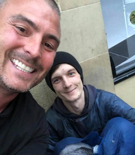 Zakenman biedt dakloze ter plekke een baan aan