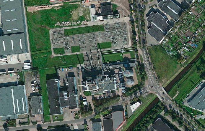 Een bovenaanzicht van de warmtekrachtcentrale van Ennatuurlijk aan de Achterdijk (onderin de foto) in Helmond.