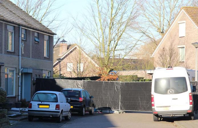 Er werd een scherm geplaatst bij de woning in Ossendrecht.