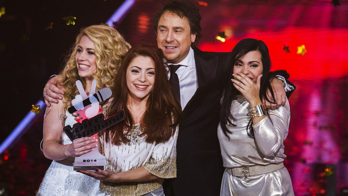 Lisa, Amy en Shelly (vlnr) met hun trotse coach Marco. Het drietal was in tranen nadat ze hoorden The Voice te hebben gewonnen.