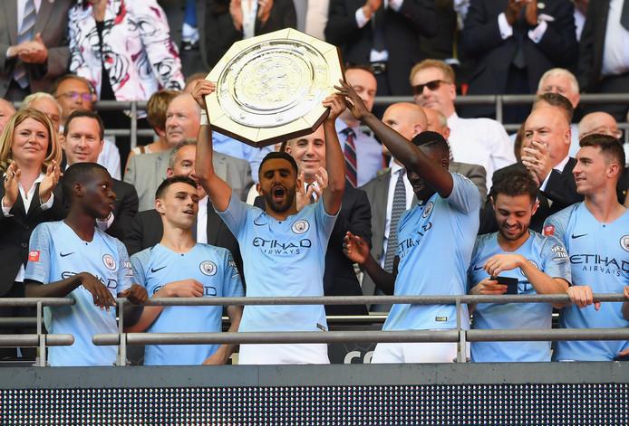 Riyad Mahrez, de enige grote aankoop van Manchester City, met de Community Shield. City won afgelopen zondag op Wembley met 2-0 van Chelsea. De ploeg van Pep Guardiola is opnieuw de grote favoriet voor de landstitel.