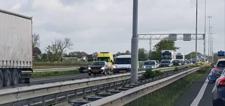 File op A27 richting Breda na botsing tussen motorrijder en bestelbus bij Nieuwendijk