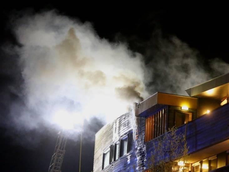 Vrouw zwaargewond bij brand op dak appartementencomplex Den Bosch