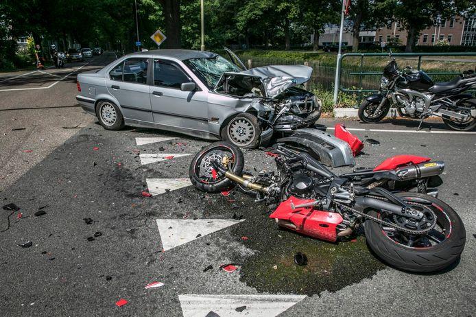 De ravage na het ongeluk in Eerbeek is goed zichtbaar.