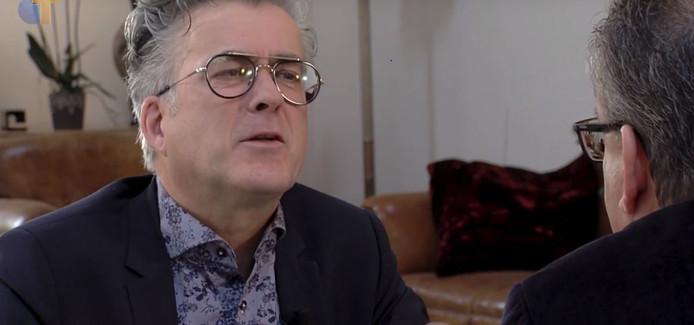 Voorzitter Pieter Bon van Omroep Tilburg als politiek interviewer.