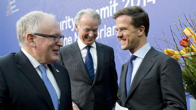 Van Aartsen, geflankeerd door minister Timmermans (l.) en minister-president Rutte.