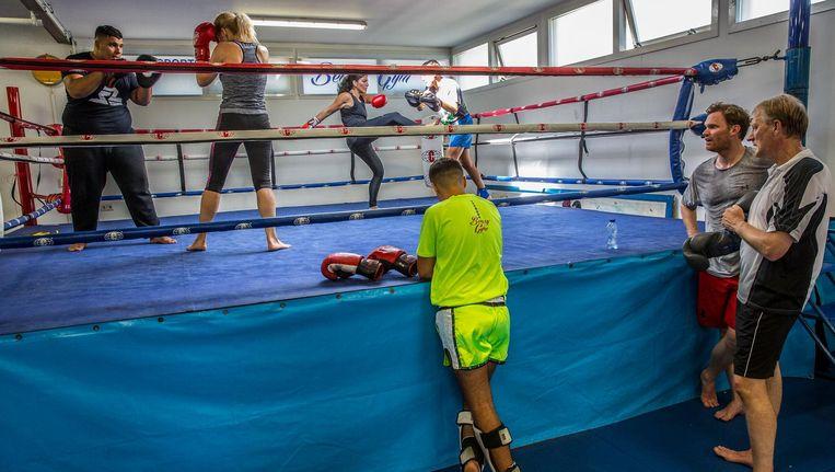 In kickboksschool Bensy Gym sparren de officieren in spe met jongens en mannen uit de Kolenkitbuurt Beeld Amaury Miller