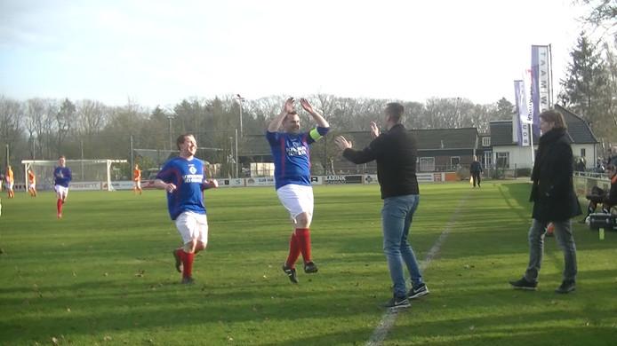 Ruben Schuurman van Lochuizen viert zijn doelpunt met Frank Driezes, die Schuurman een kratje bier had beloofd bij weer een goal uit een vrije trap.