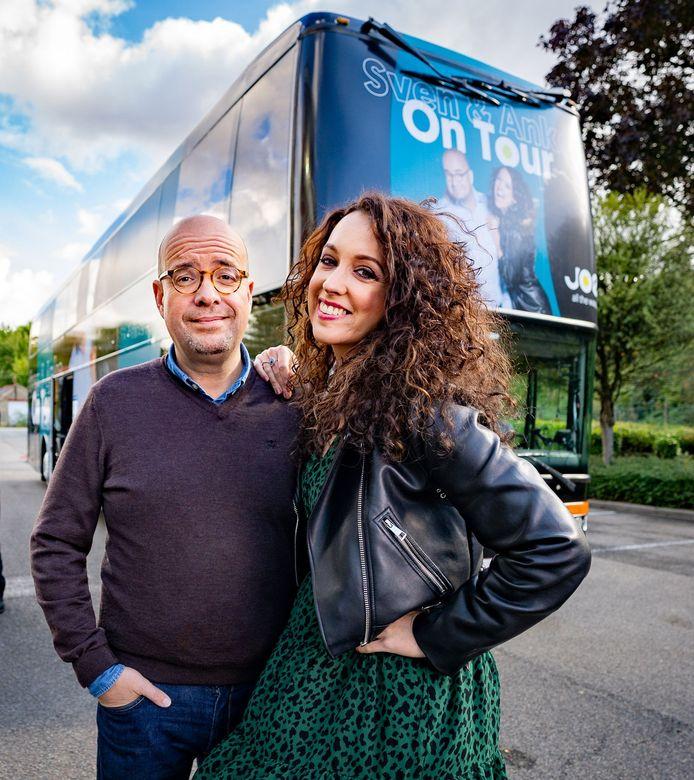 Sven Ornelis en Anke Buckinx bij de tourbus van 'Sven & Anke On Tour' van JOE
