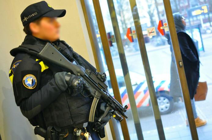 Extra bewaking politie op het station in Roosendaal.