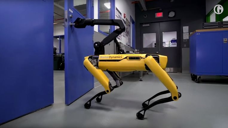 Spot, de robothond van Boston Dynamics, opent een deur. Beeld RV