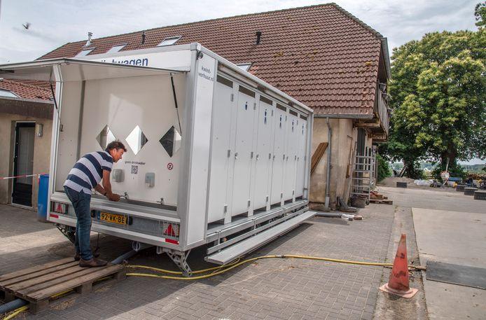 Henk Meijers uit Moordrecht maakt meteen na aankomst gebruik van een sanitairwagen op De Hoge Hof.
