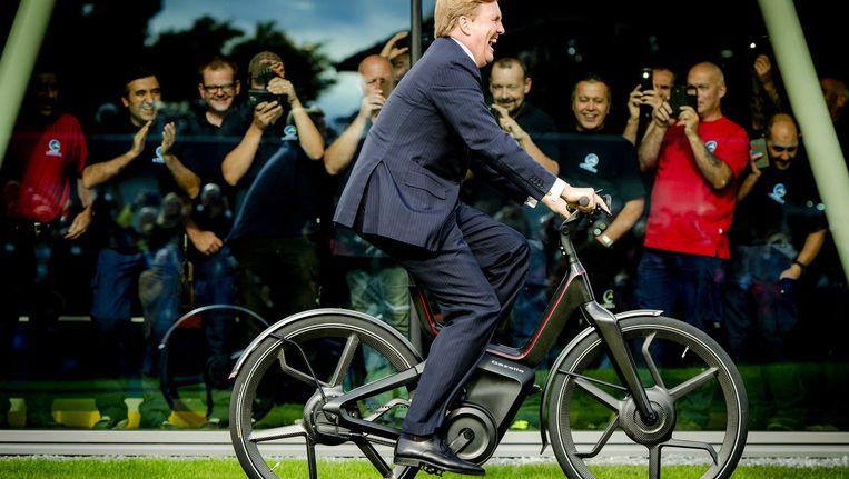 Koning Willem-Alexander op een prototype van de Gazelle E-bike in september 2015. Beeld epa