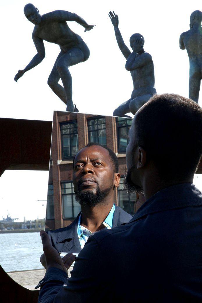 Simão Miguel, actievoerder voor 'nieuwe' Rotterdamse straatnamen en mede-initiatiefnemer van een nog te openen slavernijmuseum: ,,Ik kwam als jong jongetje naar Nederland en heb daarna nooit het gevoel gehad dat ik terug wilde naar Angola. Tot nu.''