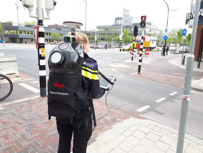 Een medewerker van de Landelijke Eenheid van de politie met 3D-scanner in actie in Doetinchem. Vermoedelijk is deze technologie zondag ook gebruikt in een woning op Urk.