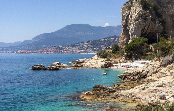 Het privéstrand Balzi Rossi langs de kust van Ventimiglia, omgeven door prachtige kliffen.