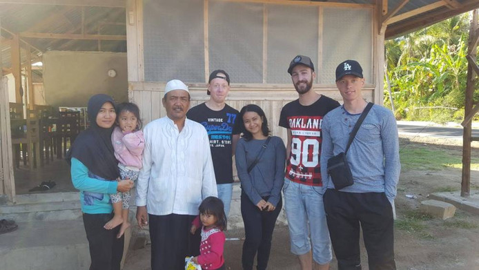 """Gerritjan (midden), Jasper & Pieter (uiterst rechts) samen met een Indonesisch gezin. """"Ook in deze situaties blijkt maar weer eens de Indonesische gastvrijheid."""""""