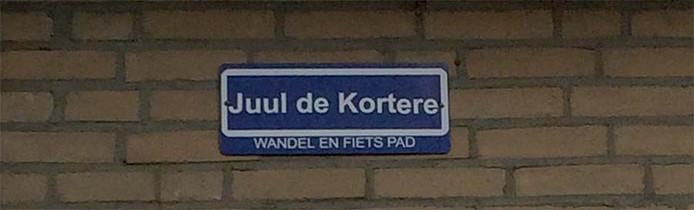 Aan zijn gevel hing Evert Jakobs een bordje met de inofficiële naam voor het aardedonkere pad tussen Veldstraat en randweg in Zundert. Genoemd naar Jules de Corte, de blinde zanger.